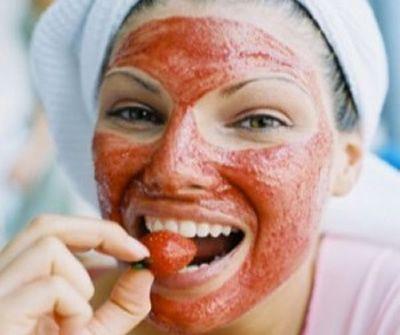 Mascarillas para piel grasa   mezcla de fresas y miel, que además de fortalecer el rostro y eliminar las tóxinas que produce la piel grasa, también nos sirve de hidratante. Para ella, sólo debemos trituras 4 o 5 fresas, añadirles dos cucharadas de miel, revolver todo y aplicarla durante 10 a 15 minutos, para luego enjuagarnos con agua bien fría.