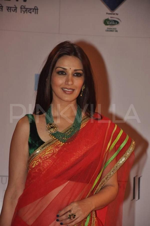 Sonali Bendre looking as gorgeous as ever before! Red sari and beautiful green necklace...