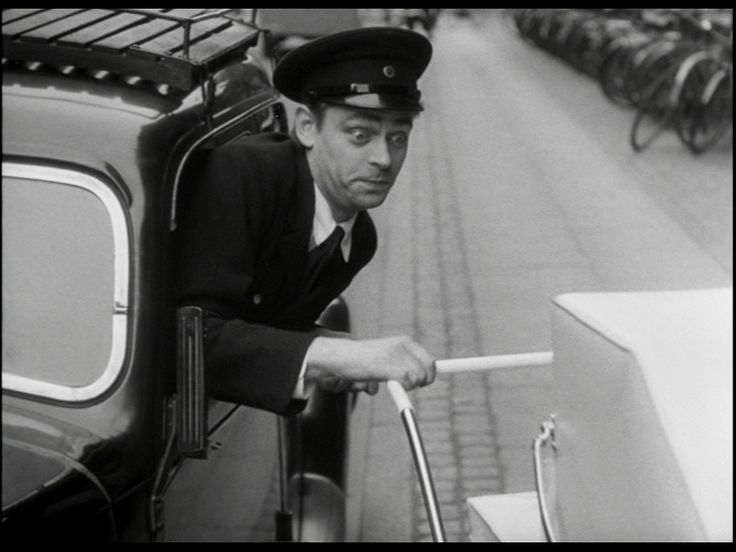 som chauffør Larsen, i Rekrut 67 Petersen fra 1952.