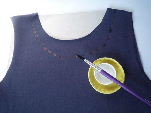 tee shirt javel 1 Etape 1 : je dessine un collier de perle en trempant mon pinceau dans de l'eau de Javel pure.