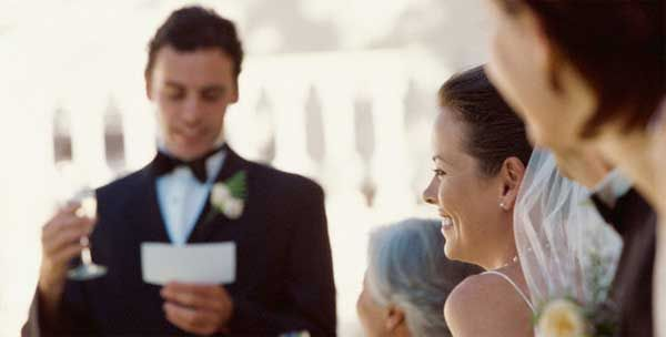 Discursos discurso-para-una-boda  Bien sea por novio, la novia, el padrino, un amigo… Cualquiera puede recitar un discurso totalmente personalizado.  El discurso es un buen momento para desear a los novios felicidad, contar anécdotas o dar las gracias. En unas palabras, se expresan varios sentimientos, que de seguro sorprenderá a los novios de forma muy emotiva.  Nosotros te ayudamos a redactar tu discurso.