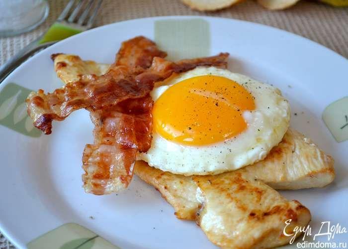 """В тарелку выложить куриную отбивную, смазать ее немного горчицей (мои дети попросили соус """"Песто"""") сверху выложить яйцо и полосочки бекона. Приятного аппетита!"""