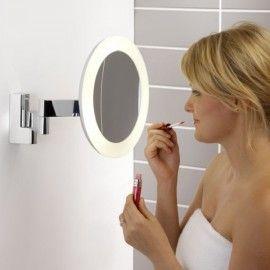 Voilà ce que toute femme nécessite. Un miroir grossissant orientable et lumineux. Un objet pratique et peu encombrant.