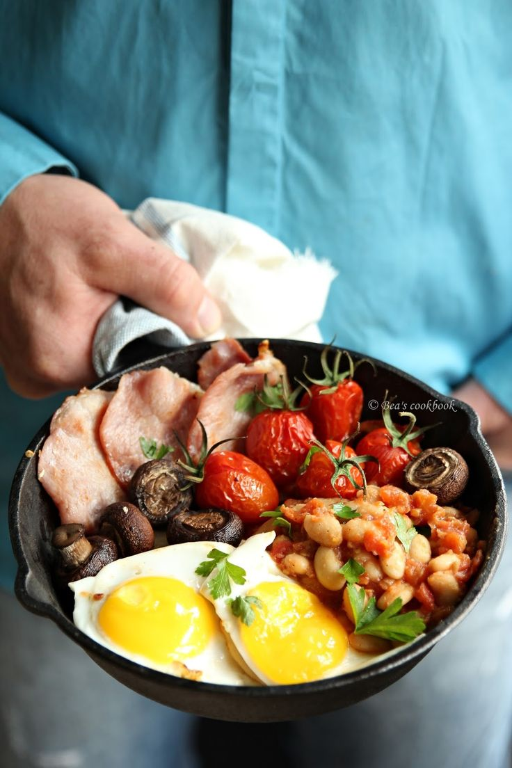 Eggs, Bacon, Mushrooms, Tomatoes and Beans make up a Full English Breakfast in a Polish Style {Via @beascookbook}