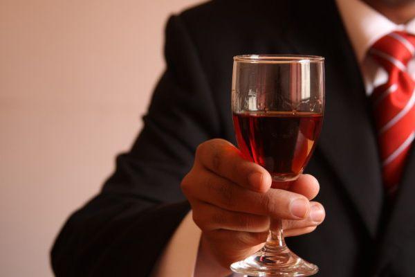 Όσοι δουλεύουν πολύ πίνουν και περισσότερο αλκοόλ!