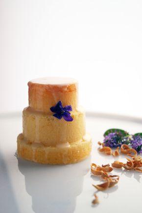 mini cake alle mandorle e glassa ai fiori d'arancio