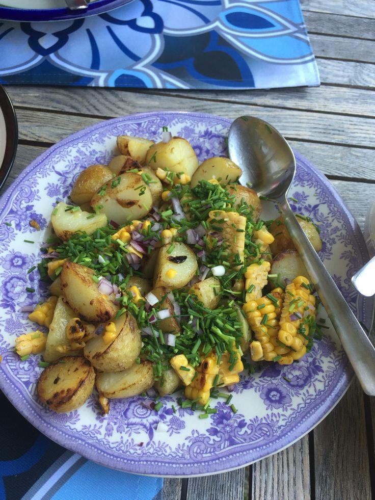 Sommarsallad med rostad potatis och majs