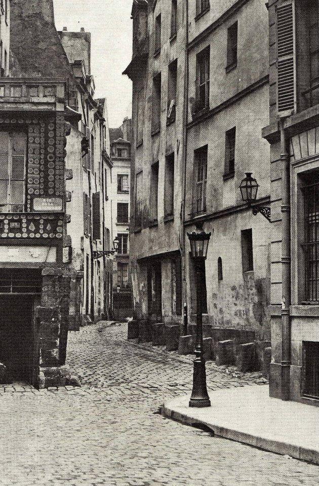 La rue des Prêtres-Saint-Séverin (Paris 5e) vue depuis la rue Boutebrie, vers 1865. Le Vieux Paris, le très Vieux Paris... (photo de Charles Marville). Paris 5è