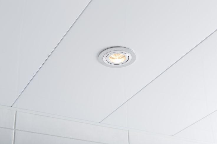 Vaak wordt een nieuw pafond over het hoofd gezien. Zonde! Want een nieuw plafond maakt de badkamer compleet en zorgt voor een strakke look.