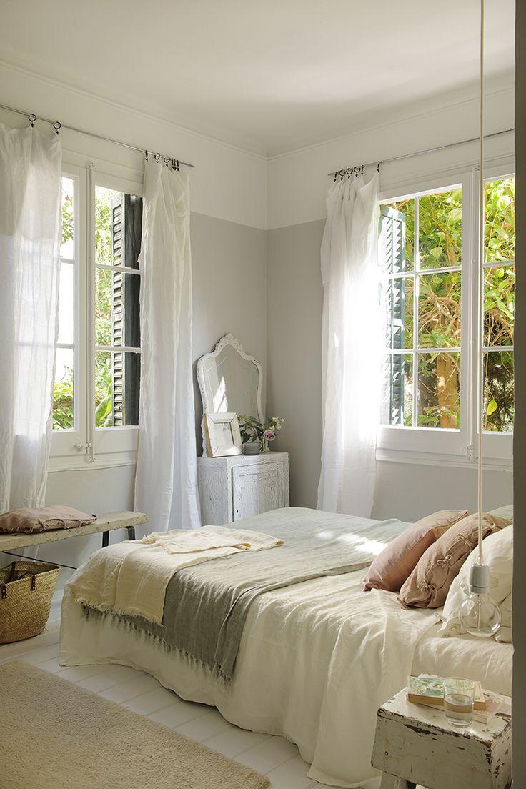 Dormitorio con paredes blancas y grises con detalles en tonos pastel_00451237 O
