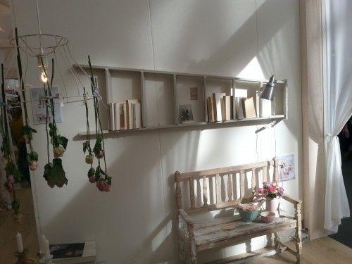 Bij de (mega-)stand vanAriadne at Homeeen superleuk idee gevonden om op een goedkope manier je muur aan te kleden. Een boekenplank anno 2014 ;)  Ge