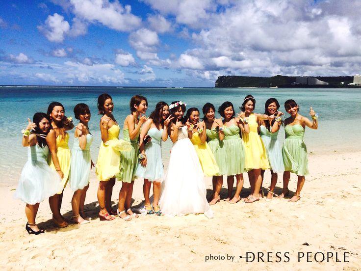 グラデーションがビーチに映えるブライズメイド。5wayショートドレス・クレープシフォン(レモンイエロー)(ライムグリーン)、オープンハートドレス・チュール(ミントグリーン) #Bridesmaid #Dress #Yellow  #Green #Wedding