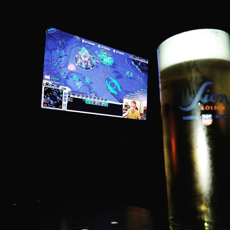 Time for some #starcraft with @rotterdam08 on the screens