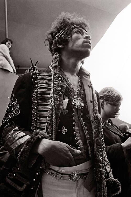 Jimi Hendrix backstage at Monterey Pop Festival, 1967 Love his outfit.