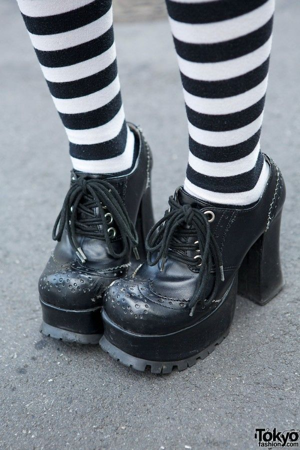 ~ chaussettes hautes rayures Noir et Blanc ~ Japon - Harajuku - Hangry&Angry Gothic Dress, Top Hat, Striped Socks & Skulls #socks #stripes #black_and_white