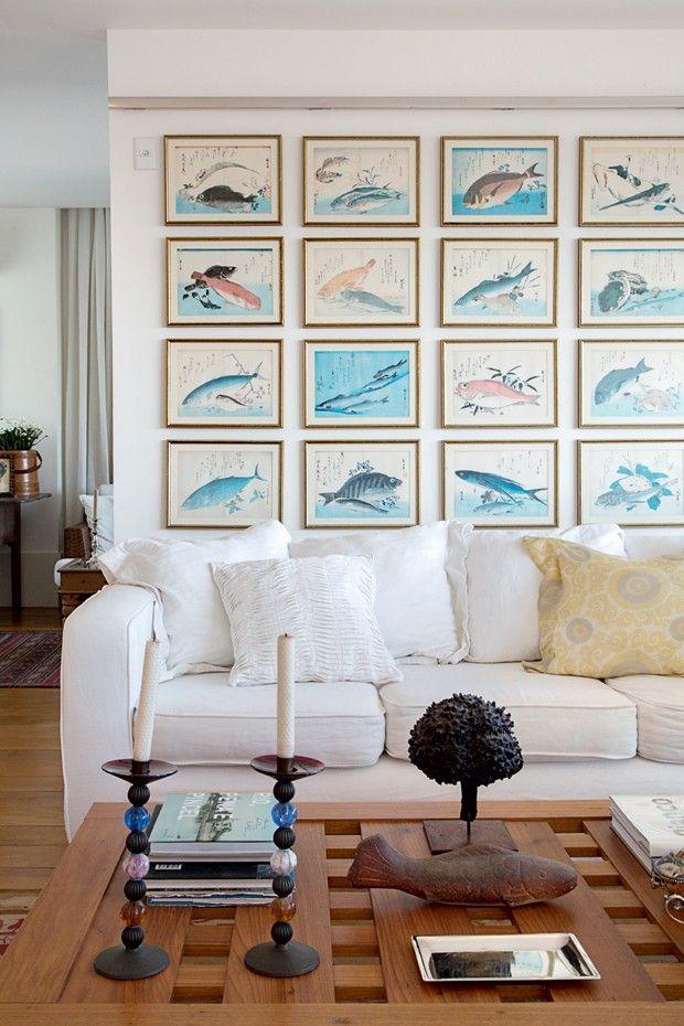 Na cobertura cercada de verde do arquiteto carioca Mauricio Nóbrega, a mistura cheia de informalidade dá o tom da decoração com peças que o acompanham há décadas, itens garimpados em viagens e muitas obras de arte.