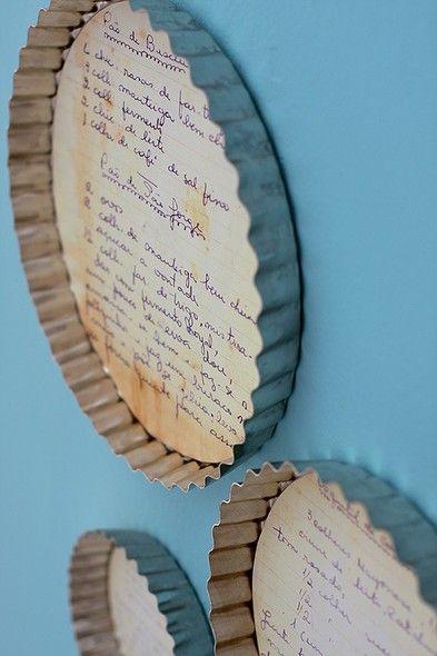 Algumas receitas de família são verdadeiras relíquias. E devem ser tratadas como tal: emolduradas em fôrmas de torta, as folhas do livro da vovó viram quadrinhos para decorar a cozinha. Se você não quiser cortar os originais, pode escanear o papel e imprimir a imagem ou fazer uma fotocópia colorida