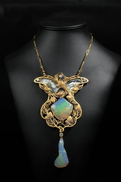 Exceptional Art Nouveau pendant in matte gold enamel, decorated with vegetal decoration of two opals & four old cut diamonds