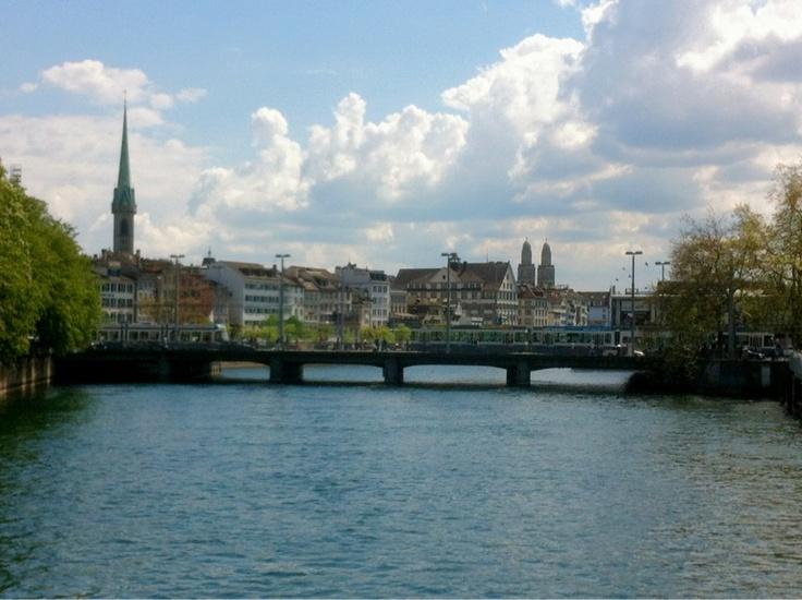 Zürich von der Walchebrücke aus gesehen.    A Look at Zürich from the Walche-bridge.    Μια θέα προς την Ζυρίχη από την γέφυρα Ουάλχε.