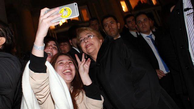 Michelle Bachelet a pura selfie con sus compatriotas a la salida del Colón   La presidente Bachelet estuvo presente en el homenaje a Violeta Parra en el Teatro Colón a 100 años del nacimiento de la artista. La ciudad brindó un espectáculo sinfónico donde Rodríguez Larreta recibió a la presidente de Chile Michelle Bachelet junto con la comitiva del país que participó del homenaje en honor a la cantautora chilena. Actualidad