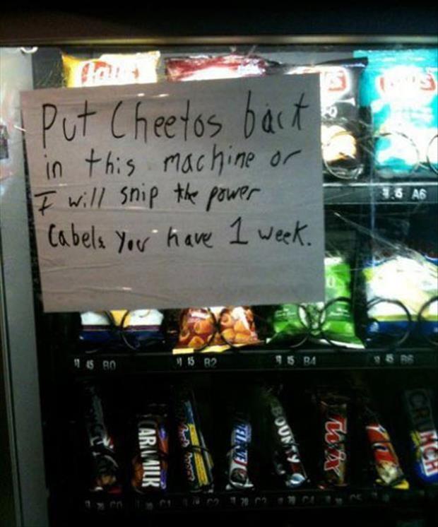 「チートスこの販売機に戻せよ。でないとケーブル引き千切るぞ。猶予は一週間だからな。」荒ぶるチートスマニア。店で買えよって思うでしょ?アメリカの田舎を舐めてはいけない。