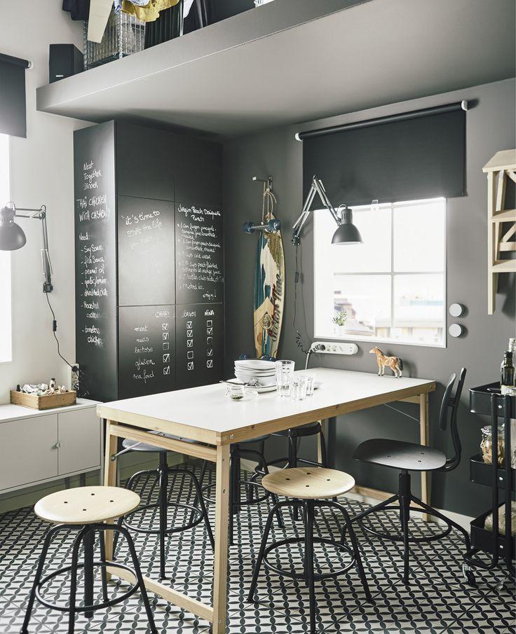 Trenger du plasseffektive møbler? Prøv GÖRAN klaffebord til kjøkkenet i hvitt/furu. Det er stort, men tar opp lite plass når det er slått sammen. Det er kjekt å ha flerfunksjonelle møbler, som kjøkkenskap med krittavle-dører.