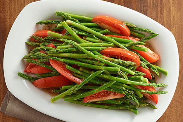 Il suffit d'une poignée d'ingrédients pour préparer ce plat d'accompagnement des plus délicieux: asperges, tomates et vinaigrette italienne.