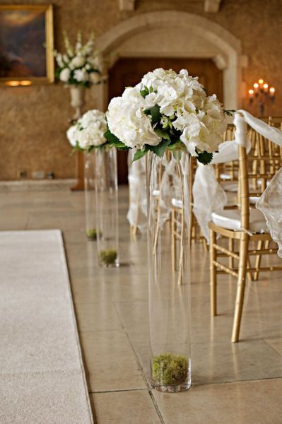 tall vases of flowers down the aisle. lovin it