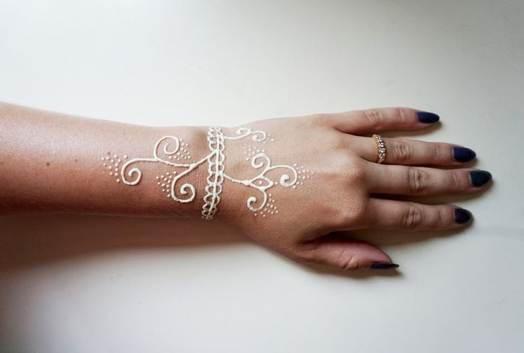 If you saw my post last month ( here ) about the regular Henna Tattoo Kit from Earth Henna, I was able to review the White Henna Tat...