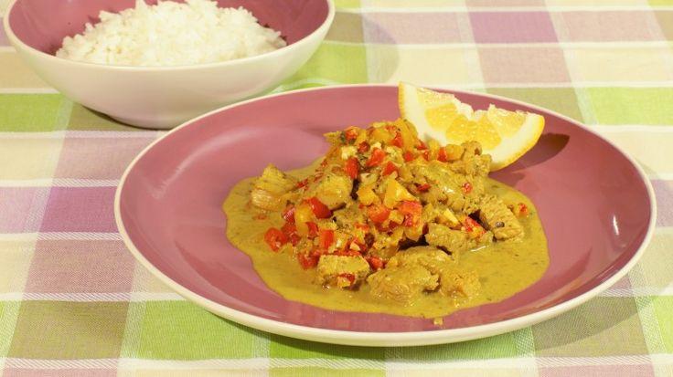 Ricetta Curry di tacchino, limone e cocco: Ecco gli ingredienti che vi serviranno per realizzare questa ricetta. Rimuovete la pelle e le ossa dal petto di tacchino e tagliatelo in piccoli pezzi e mettetelo da parte. Tagliate a pezzi i peperoni, quindi metteteli in una ciotola e...