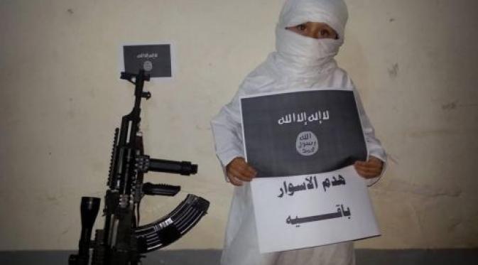 Sungguh Keji! ISIS Ubah Gadis Cilik ini Jadi Algojo, Dengan latihan Tinju dan Pegang Senjata