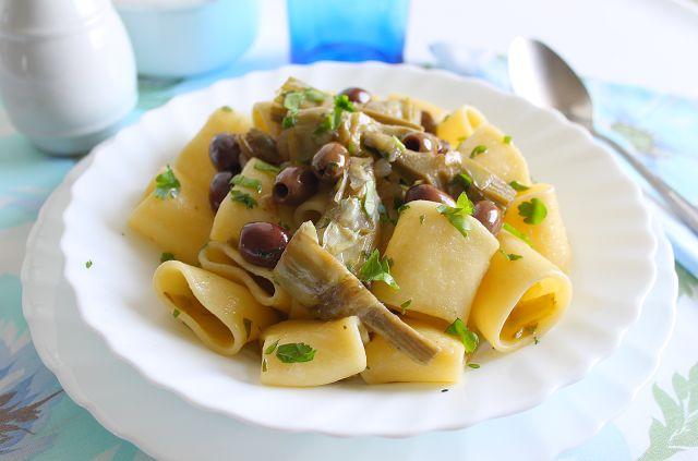 La Tavola Allegra: Mezzi Paccheri con Carciofi, Olive Leccino Denocciolate all'Abruzzese e Capperi