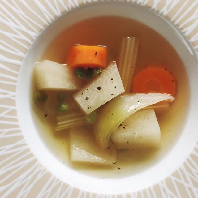 セロリの葉のベジブロスをベースに。淡いグリーンのスープで良い香りがします。 - 71件のもぐもぐ - 野菜スープ by MakiHiro