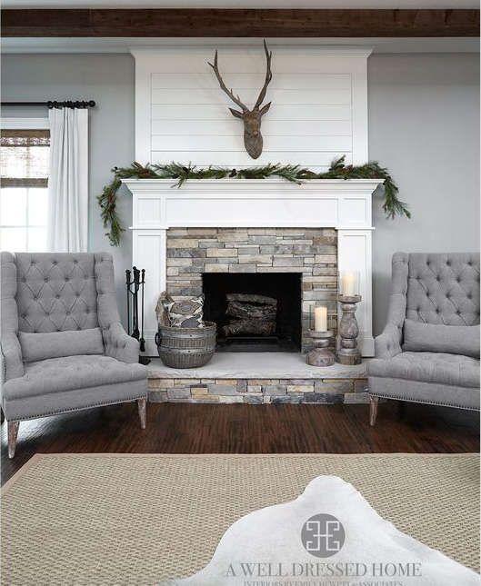 Pierres décoratives et bois pour un manteau de cheminée