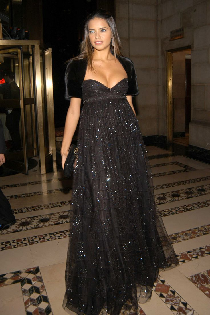 Adriana Lima in an empire gown // NINE IN THE MIRROR #theexpectantedit #celebrity #style #pregnant