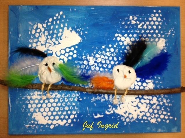Schilderdoek met blauw bestempelen, wolken met bubbel plastic stempelen. Dunne tak met daarop vogeltjes van zelfhardende klei.( Wel hol anders is het te zwaar) Vast plakken met lijmpistool. Gemaakt met groep 3 (juf Ingrid)