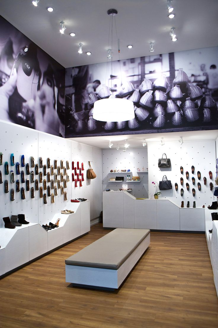 Interior design & product design for OQ Shoes in Bogotá.  Cool idea, cool, store, shoes, colors.
