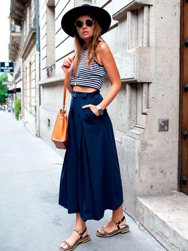 Look verão com top cropped + calça pantacourt azul marinho.