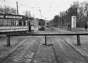 Berlin 1953 Zonengrenze in der Puschkin Allee