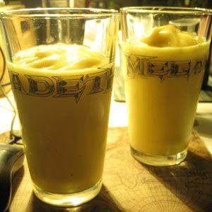 Ingredience 2 banány 150 g vanilkového jogurtu 10 kostek ledu Postup Banány oloupeme a nalámeme na kusy. Pak banány společně svanilkovým jogurtem a kostkami ledu vložíme do smoothie makeru a mixujeme dojemna. Banánové smoothie je hotové. Poznámka Jestliže nemáme vanilkový jogurt, nebo ho nechceme použít, lze místo něj použít obyčejný bílý jogurt a navrch ktomu… Celý recept »