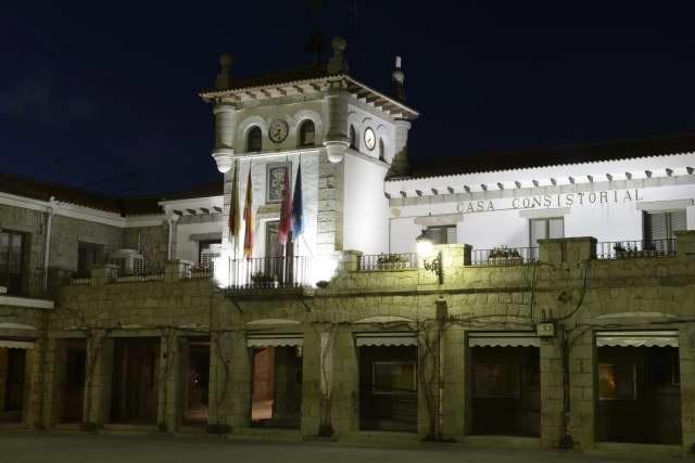 Ayuntamiento y Plaza Porticada de Hoyo de Manzanares, by fotoenfoques.com