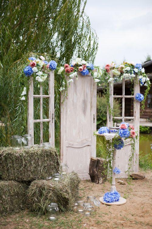 Зона регистрации сделанная из старых дверей и цветов!)))