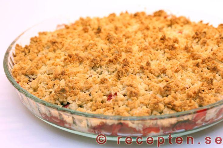 Rabarber och jordgubbspaj - Enkelt och gott recept p� smulpaj med jordgubbar och rabarber. Endast 20 minuters jobb. Bilder steg f�r steg.