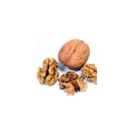 drcené skořápky vlašských ořechů Přírodní barva na vlasy Poskytuje velmi přirozené barvy Dělá vlasy jemné a lesklé.  V macerátu (nechte prášek odležet 24 hodin ve vodě při 4 ° C v chladničce) nebo infuzí (rozpusťe práše a ponechte po dobu 10 min ve vodě při 70 ° C) Barvení vlasů:Navažte si požadované množství Ohřejte potřebnou dávku vodu a nechte ji zavařit.Smíchteje a pořádně rozmíchejte na pastu. Nechte pastu vychladnout cca 30 minut.