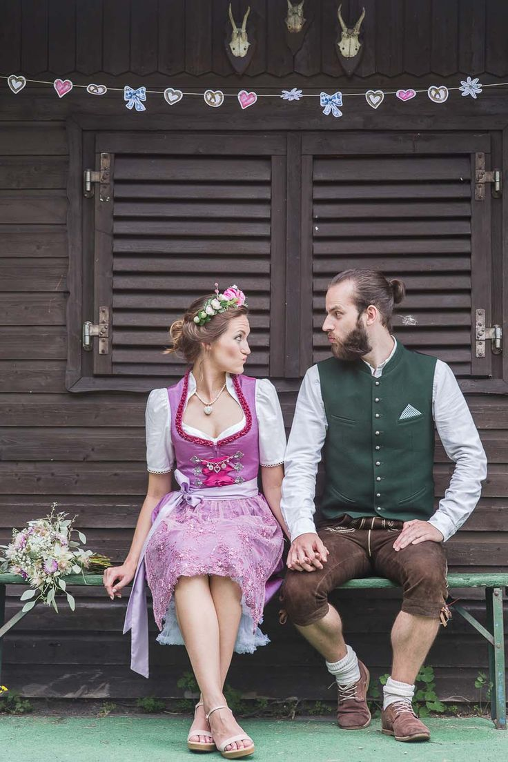 Brautpaar in Tracht sitzend bei www.weddingstyle.de| Foto: Barbara Meyer-Selinger Photographie