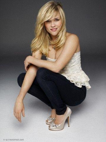 Good senior girl pose- Reese Witherspoon
