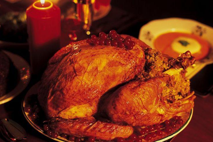 Cómo cocinar lomo de pavo envuelto en panceta. El pavo es a menudo servido solamente durante ocasiones especiales como la Navidad y Acción de Gracias, por ejemplo; lo que es una lástima, porque la carne es alta en proteínas y la mayoría de los cortes, como el lomo, son bajos en grasa. Fuera de la ...