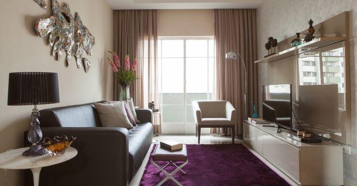 No projeto do escritório RK Arquitetura & Design, o revestimento em couro do estofado e o tapete felpudo contribuem para manter o home theater aquecido. Outros fatores outros fatores que elevam a temperatura são a cor e a cortina encorpada, que retém o ar frio proveniente da janela