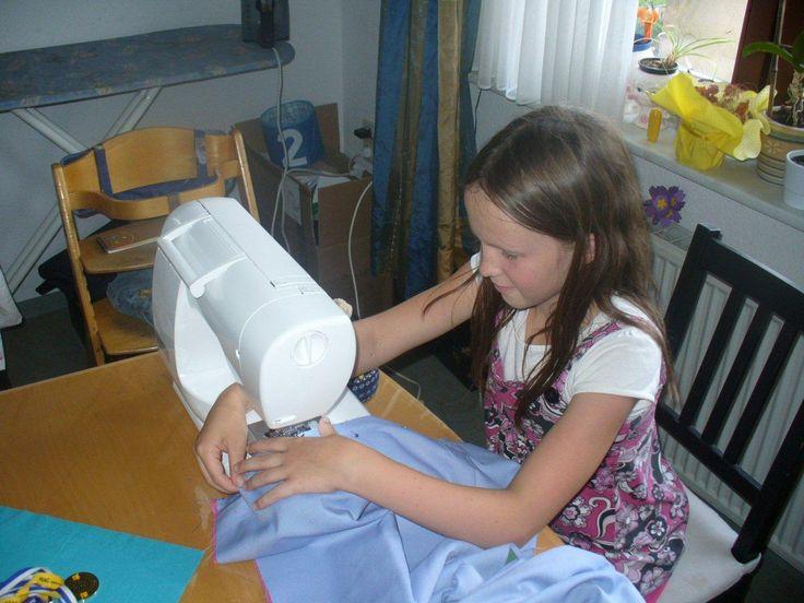 """Annegret Weißbach schreibt zu ihren beiden Taschen: """"Wie auf den Bildern zu sehen, hat unsere Tochter auch mitgeholfen beim versäubern der Stoffe, was vorher gemacht werden musste, da die erste Tasche aus einem alten Tragetuch besteht, was natürlich nicht besonders stabil ist und deshalb einen Futterstoff brauchte. Die zweite Tasche für unsere Große ist fast nur schwarz-weiß, da so gewünscht."""""""
