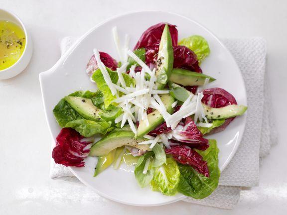Gemischte Blattsalate mit Avocado unterstützen Herz und Kreislauf mit einfach ungesättigten Fettsäuren und Vitamin E.